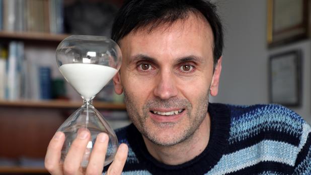 Jorge Mira, físico de la Universidad de Santiago de Compostela, contrario al cambio de hora estacional y también de huso horario