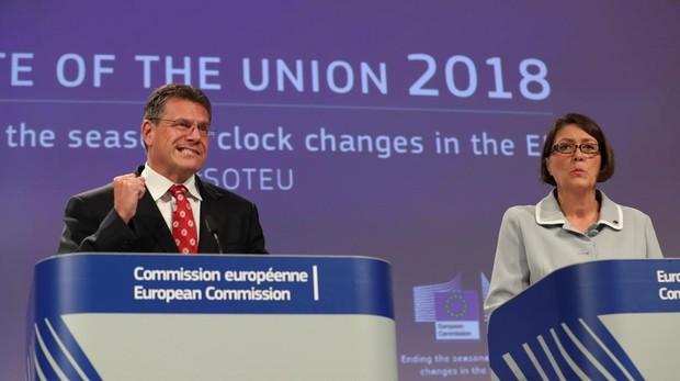 El vicepresidente de la Comisión Europea (CE) de Energía, Maros Sefcovic (i), y la comisaria europea de Transportes, Violeta Bulc (d)