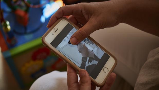 Padres por gestación subrogada denuncian que Carcedo «promueve el odio» hacia sus hijos