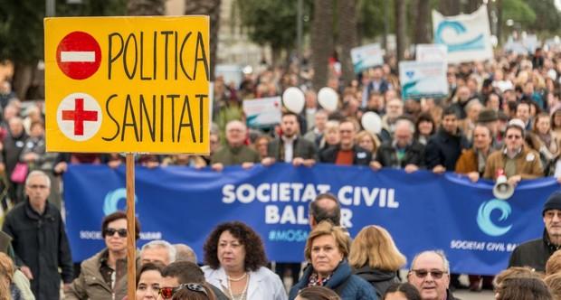 Manifestación organizada por la plataforma ciudadana «Mos Movem» por las calles del centro de Palma el pasado 18 de febrero, para protestar contra el decreto que el Gobierno balear aprobaría finalmente para exigir la acreditación del conocimiento del catalán a los trabajadores de la sanidad pública de las islas