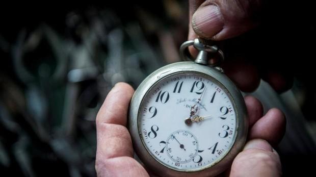 Imagen de archivo de Bela Hatvani, descendiente de la nobleza húngara, mientras atrasa una hora el reloj de bolsillo