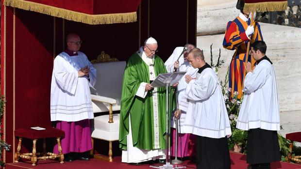 El Papa Francisco celebra la misa de apertura del Sínodo sobre los jóvenes en la Plaza de San Pedro