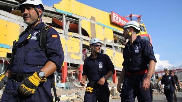 Los bomberos españoles inspeccionan algunos edificios destruidos por el terremoto de Palu
