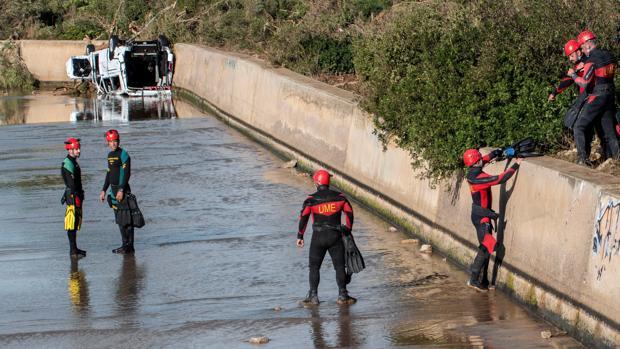 Los equipos de rescate de la Unidad Militar de Emergencias rastrean las zonas afectadas por las lluvias torrenciales