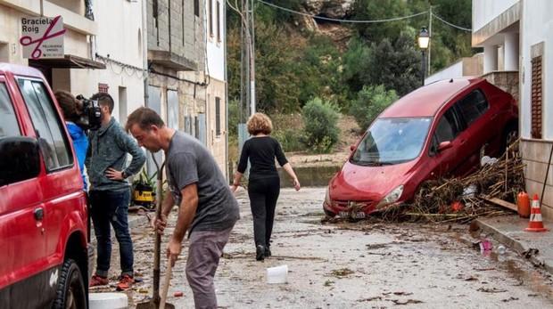 Vecinos y voluntarios colaboran en la limpieza de las calles de la localidad mallorquina de Sant Llorenç