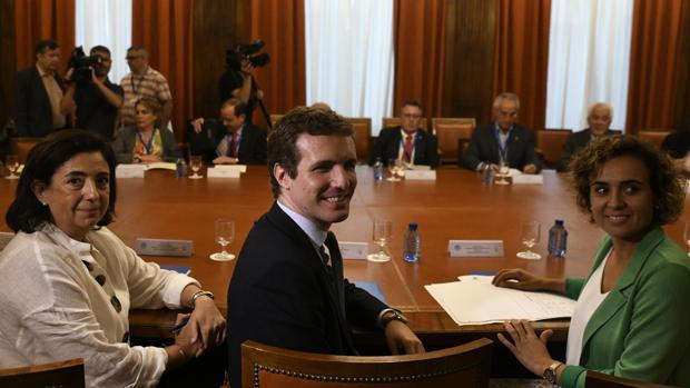 El presidente del PP, Pablo Casado, junto a la portavoz de Educación, Sandra Moneo, a la izquierda de la imagen, y la portavoz parlamentaria, Dolors Montserrat