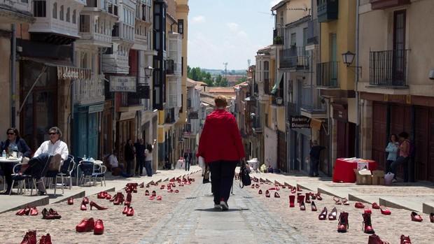 La exposición «Zapatos Rojos-Arte público» contra la violencia machista