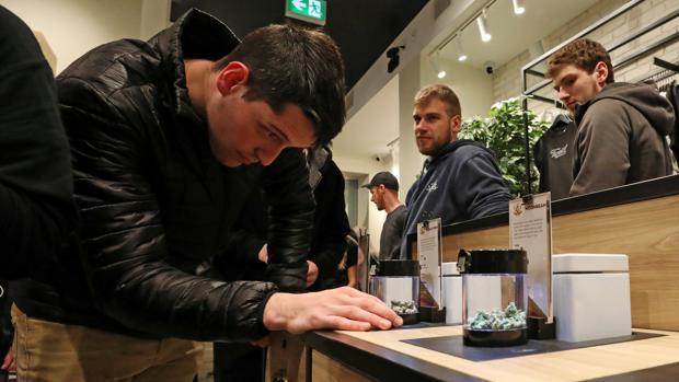 Varios clientes en una de las tiendas que ya vende marihuana de forma legal