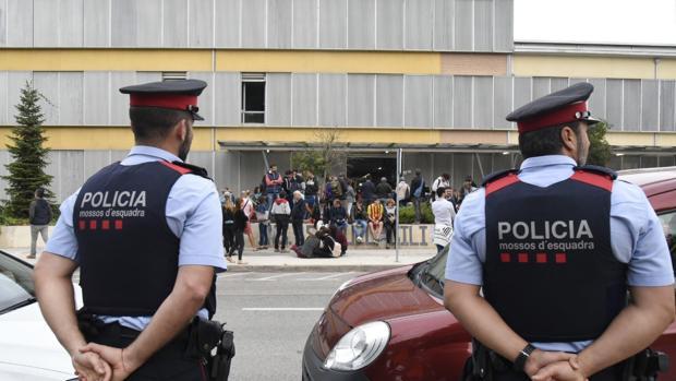 Los colegios tuvieron que tener protección policial en la jornada del 1 de octubre
