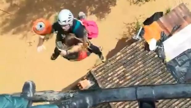 Momento del rescate, en la localidad de Cortes de la FronteraTWITTER