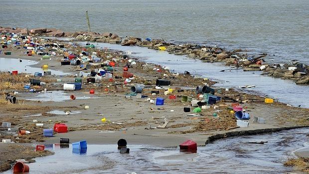 Imagen de archivo de una playa llena de plásticos