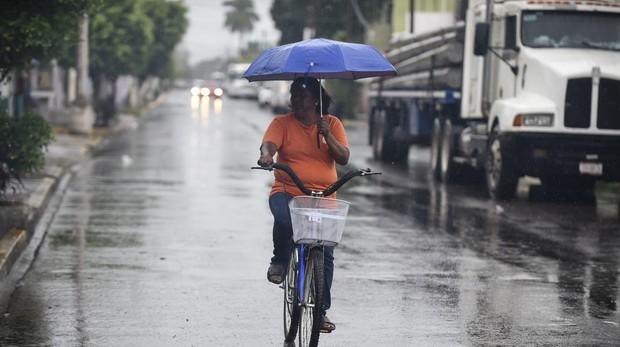 Una mujer en Escuinapa, México, antes de la llegada del huracán