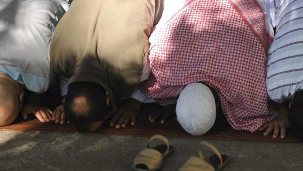 Musulmanes durante el rezo