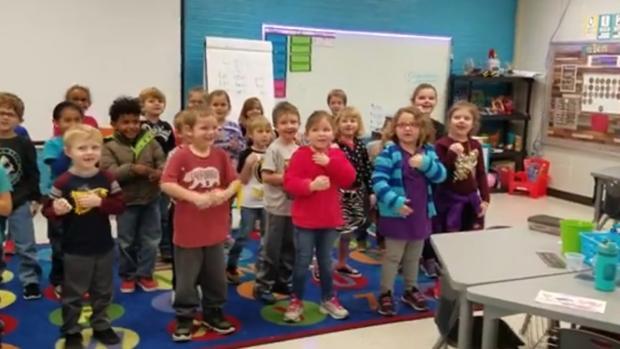 Captura de imagen del vídeo en el que los niños interpretan el «Cumpleaños Feliz»