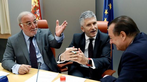 Pere Navarro, Fernando Grande-Marlaska y Bartolomé Vargas conversan esta mañana en la sede de la DGT