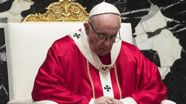 El Papa Francisco durante una misa en la Basílica de San Pedro, ayer en el Vaticano