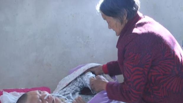 Wei Mingying cuidando de su hijo