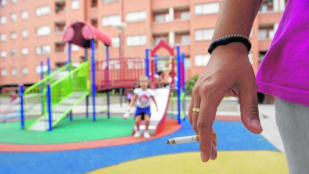Una medida es limitar fumar en los parques infantiles