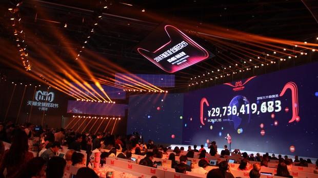 A ritmo vertiginoso, las ventas del Día del Soltero se muestran en una pantalla gigante de Alibaba