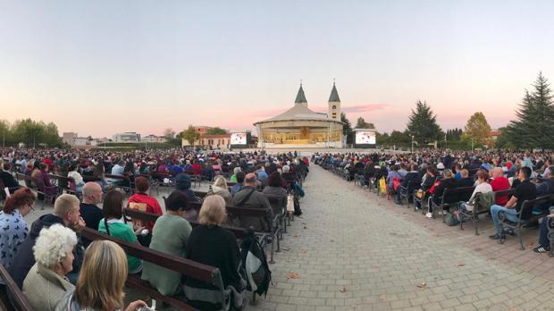 MIles de peregrinos rezando frente a la Parroquia de Santiago Apostol en Medjugorje