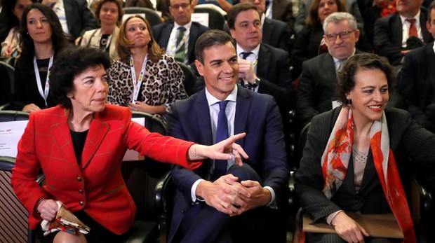 El jefe del Ejecutivo, Pedro Sánchez, junto a la ministra Educación, Isabel Celaá (i), y la de Trabajo, Magdalena Valerio (d), durante la inauguración del Encuentro Futuro+Progreso+FP, esta mañana en el museo del Prado