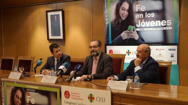 Alfonso Bullón de Mendoza (centro de la imagen) junto a Rafael Ortega (drcha.), durante la presentación del Congreso Católicos y Vida Pública