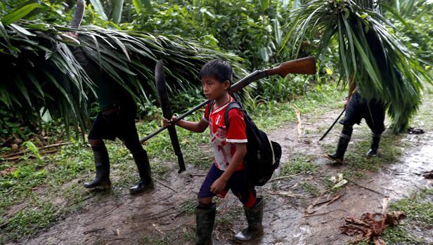 Los campesinos de Barranca en la Amazonia Peruana regresan a su poblado tras un día de caza