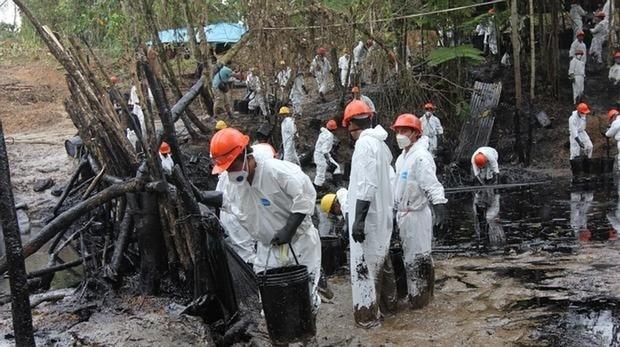 Un grupo de trabajadores recogen crudo en la quebrada Inayo (región Amazonas) tras la fuga del 25 de enero