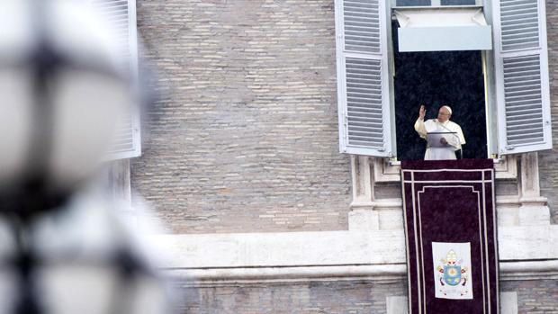 El Papa Francisco se dirige a los peregrinos desde el Palacio Apostólico