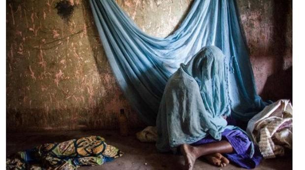 Mujer nigeriana vela el cuerpo muerto de su hija. Nigeria, el país más poblado de África, tiene la cuarta parte de todos los casos mundiales de malaria