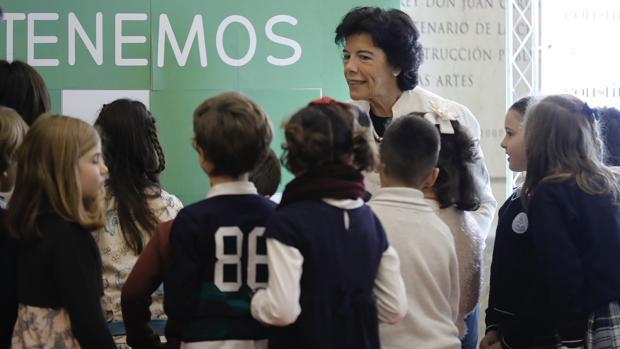 La ministra de Educación, con un grupo de escolares en el 40 aniversario de la Constitución