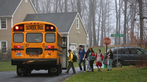Un autobús escolar recoge a los niños en Estados Unidos
