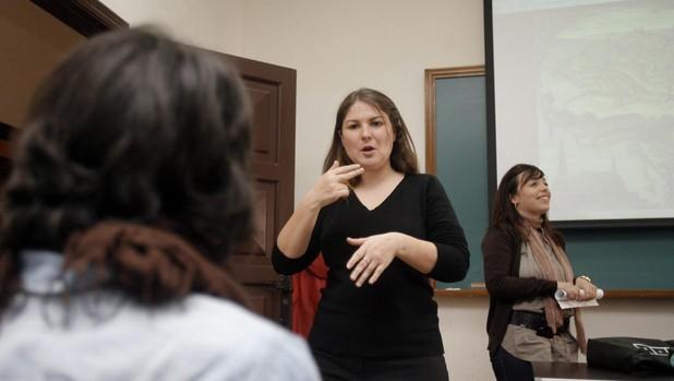 Una intérprete de signos, en un colegio de Córdoba