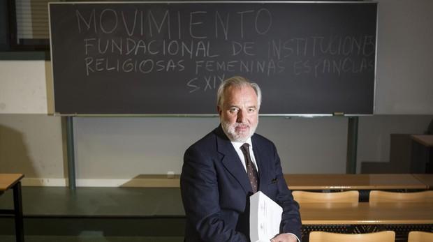 Jesús Torres en la Facultad de Educación en la Universidad Complutense tras la defensa de su tesis doctoral