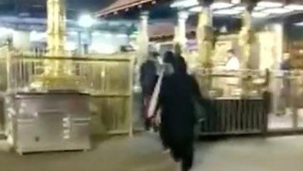 Resultado de imagen para 2 mujeres logran entrar por primera vez en templo hindú tras sentencia del TS