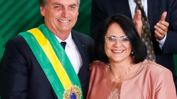 El presidente brasileño Jair Bolsonaro y su ministra de Mujer y Familia, Damares Alves