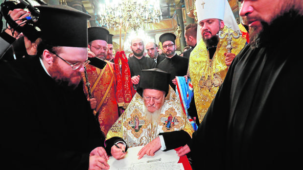 El patriarca de Constantinopla firma en Estambul la separación de las iglesias ucraniana y rusa