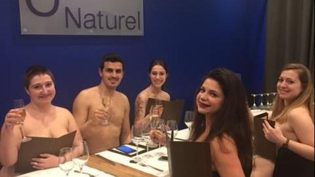 Imagen de varios clientes en el restaurante O'Naturel