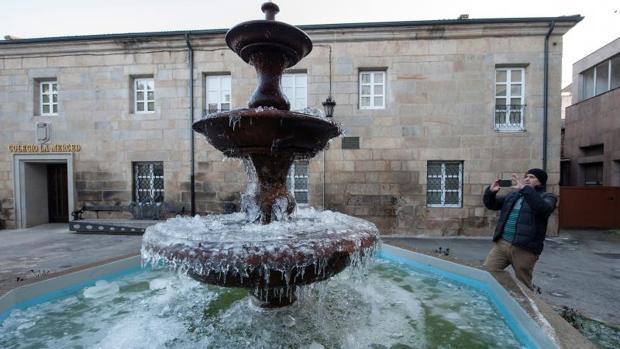 Una fuente congelada en la localidad de Verín (Ourense)