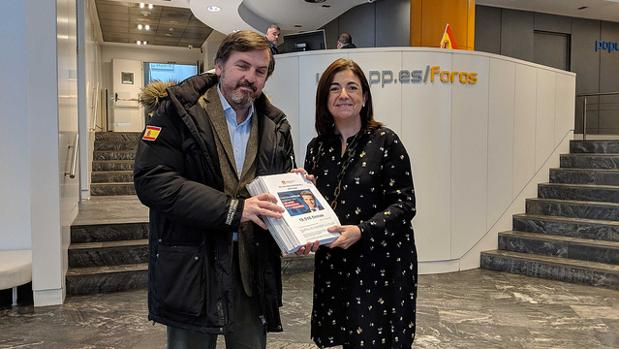 El presidente de HazteOír, Ignacio Arsuaga, entrega las firmas a Sandra Moneo, secretaria de Educación e Igualdad del PP