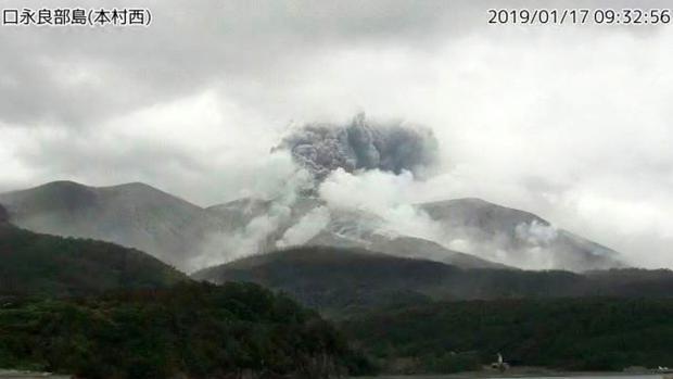Fotografía cedida por la Agencia Meteorológica de Japón de una imagen captada por una cámara de vigilancia de una erupción volcánica en la isla Kuchinoerabu, al sur de Japón