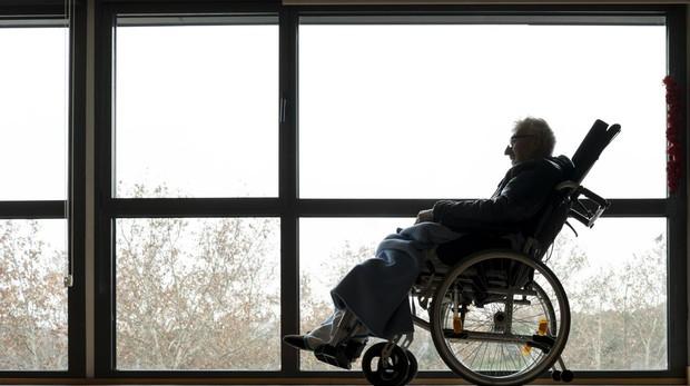 Juan López mira a la ventan en el Hospital Centro de Cuidados Laguna