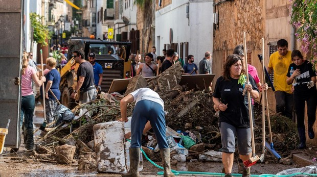 Labores de limpieza en Sant Llorenç tras la riada que se cobró la vida de 13 personas