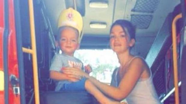 Alfie y su madre, en una foto de Facebook