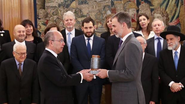 El Rey recibe en audiencia a una representación de la Federación de Comunidades Judías de España y miembros de Comunidades y Asociaciones Judías Latinoamericanas, quienes entregaron a Don Felipe el Premio «Senador Ángel Pulido»