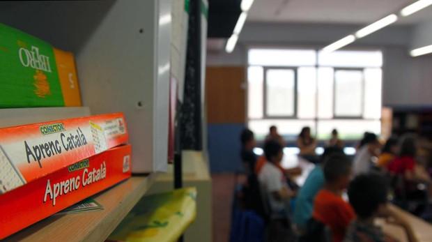 Vista de los carteles que la plataforma Somescola ha repartido en las escuelas de Cataluña