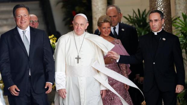 El Papa durante su visita de cortesía al presidente de Panamá, Juan Carlos Varela