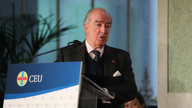 El presidente de Ayuda a la Iglesia Necesitada, Antonio Sáinz de Vicuña, recibe el premio