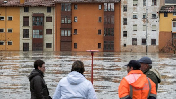 El Ebro causa desalojos de casas y la retirada de coches en Miranda (Burgos)