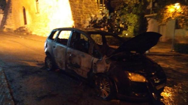 El coche incendiado por la mujer, envuelto completamente en llamas